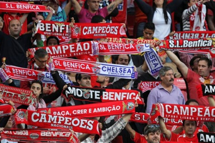 Adeptos do Benfica ilustram a peça sobre a importância da música no futebol