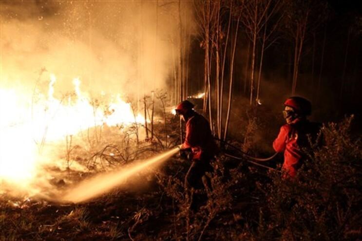 População passou a noite em claro a lutar contra as chamas