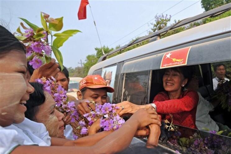 Aung San Suu Kyi cumprimenta apoiantes