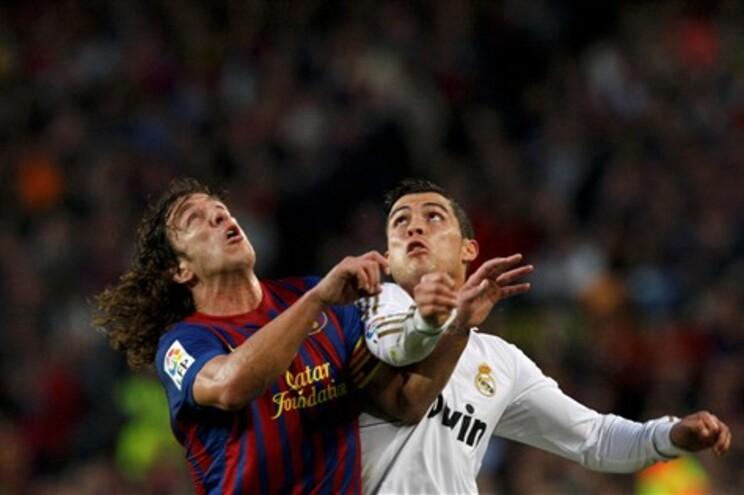 Ronaldo em luta com Carles Puyol