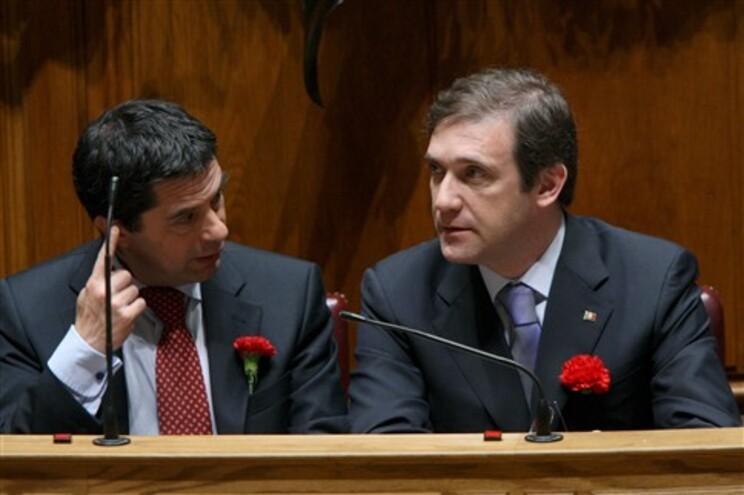 Vítor Gaspar, à esquerda de Pedro Passos Coelho, nas comemorações do 25 de Abril no Parlamento