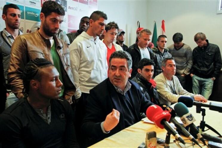 Presidente do Sindicato dos Jogadores com os atletas da União de Leiria