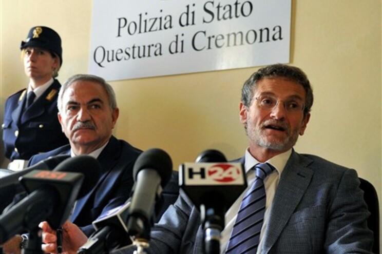 O procurador Roberto di Martino (à direita) e o chefe da Polícia de Cremona, Antonio Bufano, explicam