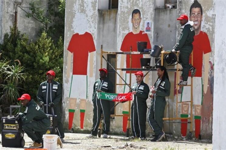 Ex-recluso está a pintar mural com imagem da seleção