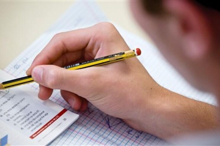 As médias totais dos exames finais de Português, e Matemática, do 12º ano, são negativas