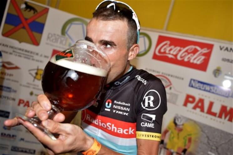 Ciclista espanhol Haimar Zubeldia, da Radioshack Nissan Trek, festeja a vitória numa prova belga com
