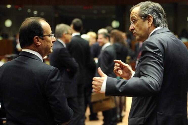 François Hollande, esquerda, aceitou o convite de Antonis Samaras, à direita