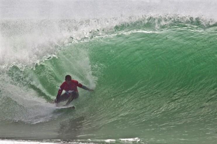 Tiago Pires aproveita duas últimas ondas para chegar à segunda ronda na Califórnia
