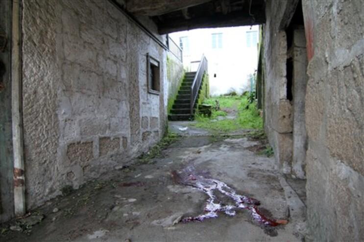 Local do crime, à porta do alegado homicida