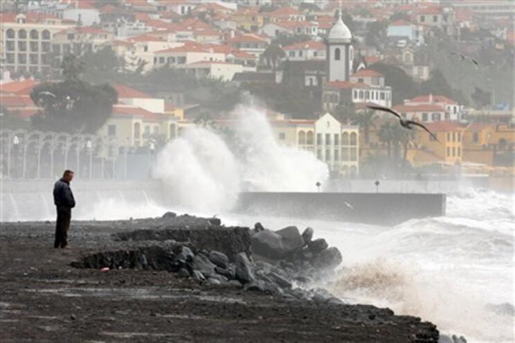 """Madeira em """"risco extremo"""" devido a chuva e ventos fortes"""