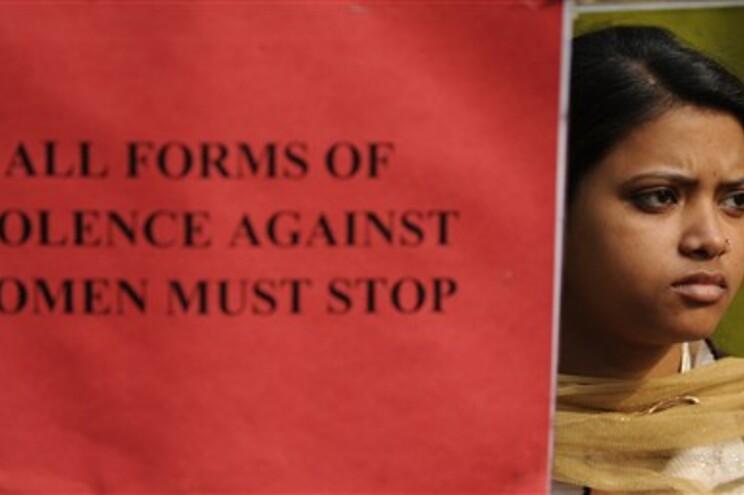 Milhares de pessoas pedem detenção da diretora da escola e do autor do crime
