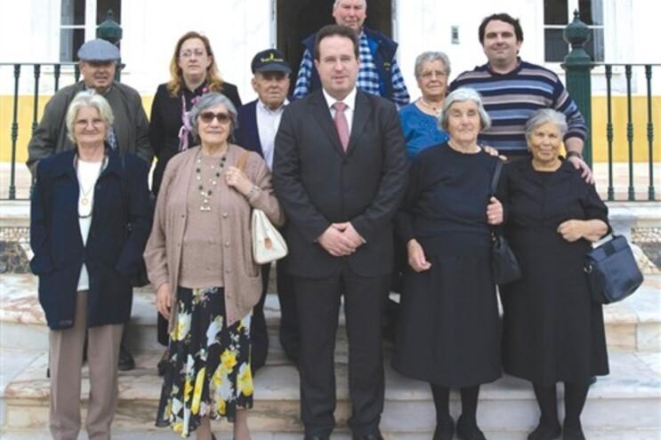 50 doentes tratados em Cuba. Na foto, João Nabais e um grupo de contemplados em 2008