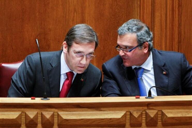 O primeiro-ministro Pedro Passos Coelho, esquerda, e Miguel Relvas