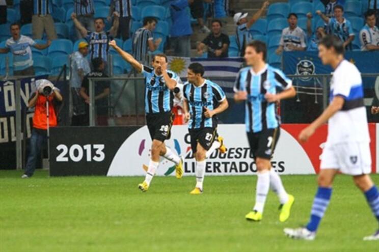 Barcos marcou na estreia, mas Grêmio perdeu na Arena para o Huachipato