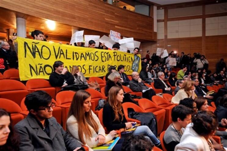 Estudantes empunharam cartazes e gritaram palavras de protesto