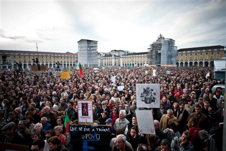 """Mais de um milhão de pessoas nas ruas, segundo o movimento """"Que se lixe a troika"""""""