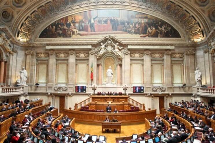 Parlamento aprova quatro votos de pesar pela morte de Chávez