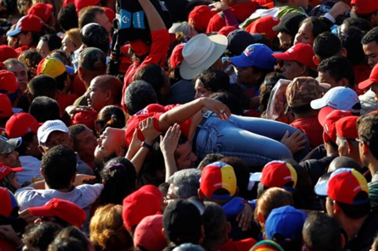 Apoiante de Chávez desmaiou após horas ao sol para assistir às cerimónia fúnebre oficial