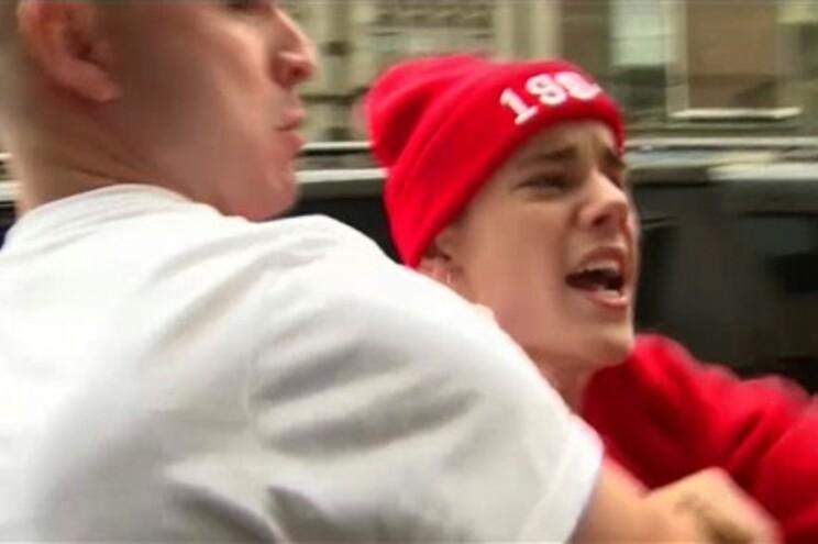 Justin Bieber ataca fotógrafo à porta de hotel