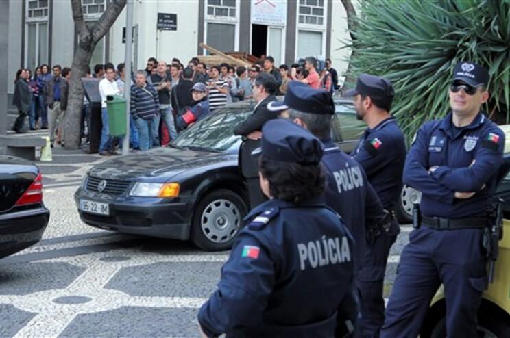 Manifestantes à porta do parlamento sob vigilância da PSP