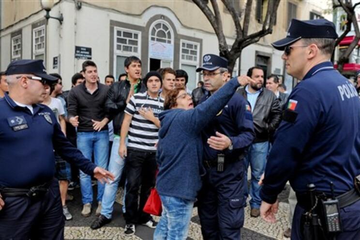 Manifestantes à porta do Parlamento da Madeira
