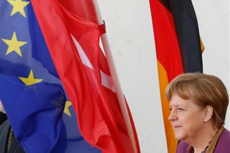 """Rubalcaba diz que Merkel """"está a esgotar a paciência"""" dos europeus"""