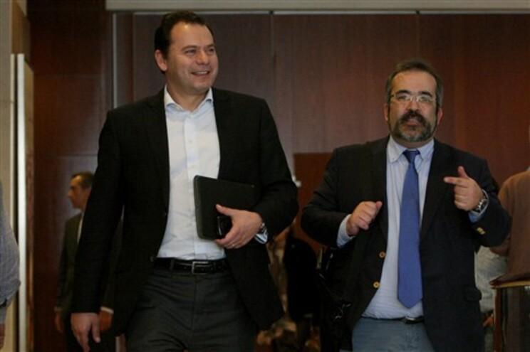Luís Montenegro acompanhado por Paulo Rangel (à direita)