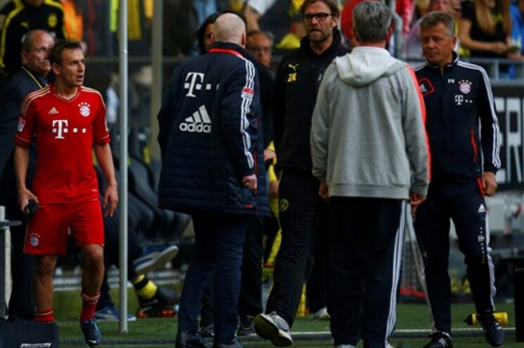 Juergen Klopp (centro) discute com a equipa técnica do Bayern de Munique, no duelo caseiro do último