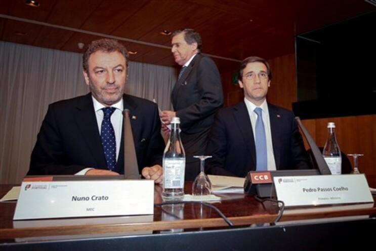 Vasco Graça Moura (de pé), Pedro Passos Coelho, primeiro-ministro, e Nuno Crato, ministro da Educação