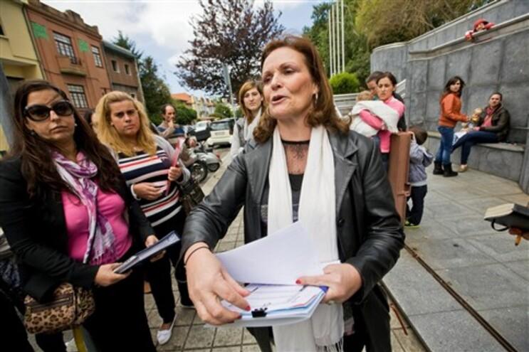Luisa Costa, directora da Socialis, em greve de fome à porta da Segurança Social do Porto