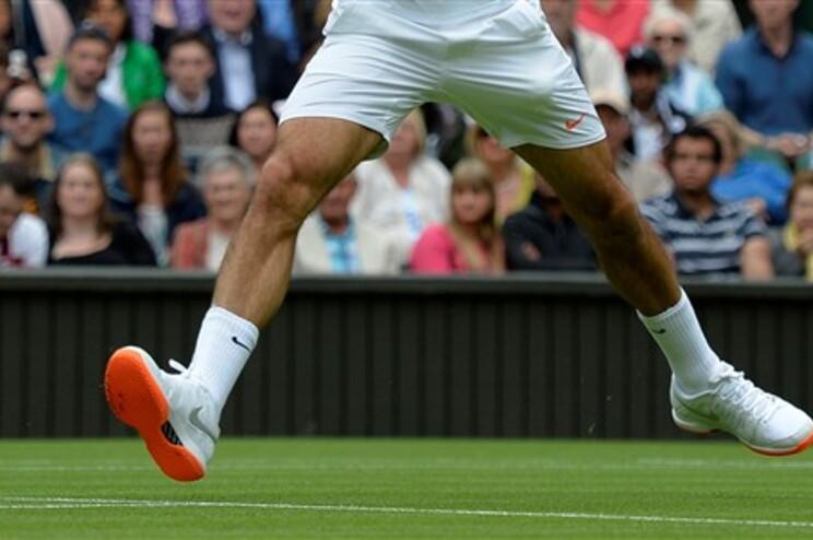 Federer foi informado que os seus ténis com sola cor de laranja infringem o código de Wimbledon