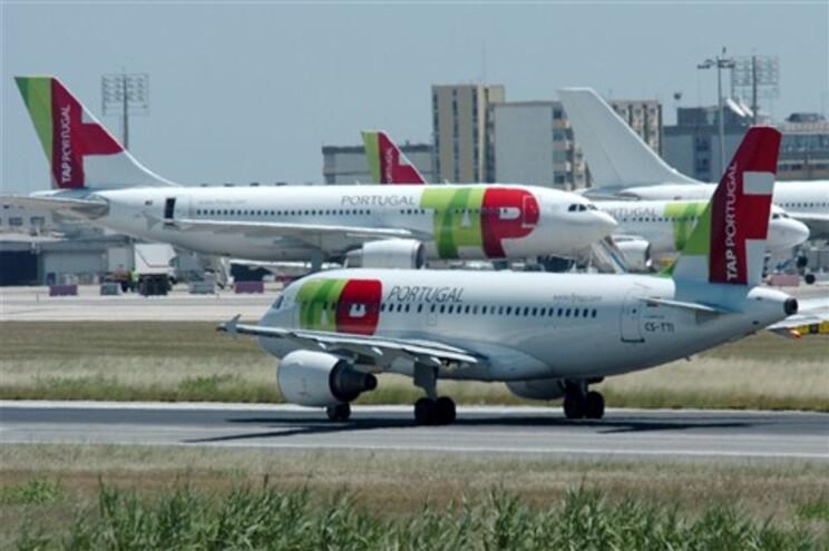 Centenas de pessoas enchem aeroporto para retomar voos cancelados devido à greve