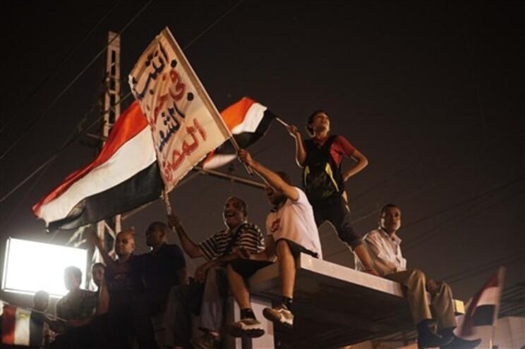 Cinco pessoas morreram, domingo, em confrontos entre apoiantes e opositores do presidente