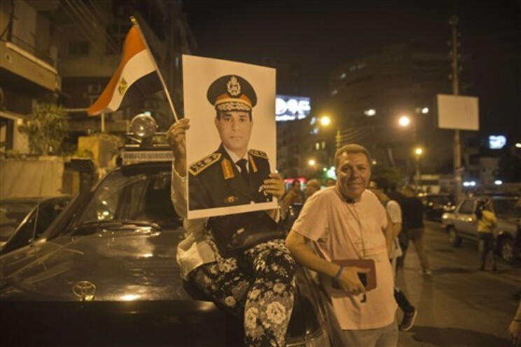 Egípcios exibem um retrato de Abdel Fattah al-Sisi