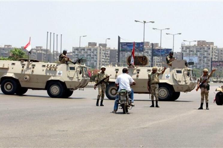 Militares nas ruas do Cairo