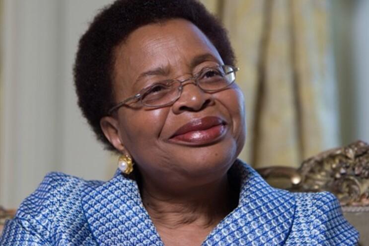 Graça Machel agradece e diz que Mandela está bem embora com dores