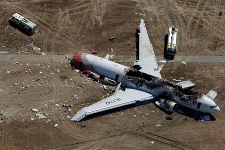 Avião da Asiana Airlines bateu com a cauda na pista