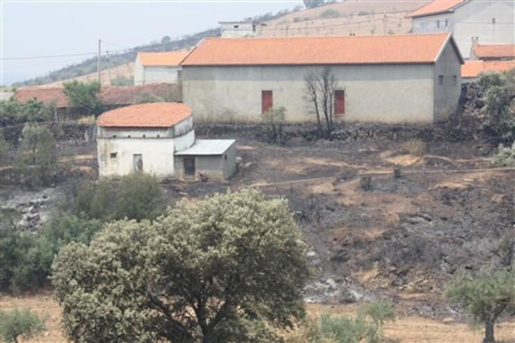 Área queimada pelas chamas junto a várias habitações