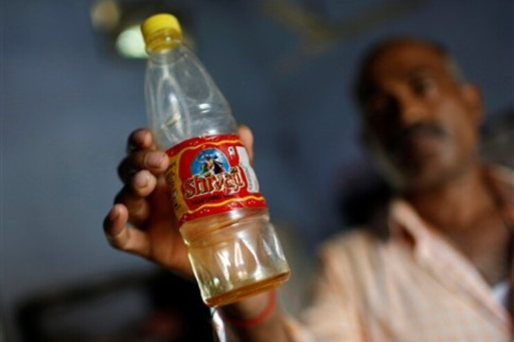 A garrafa que continha o óleo terá sido usada para guardar o pesticida