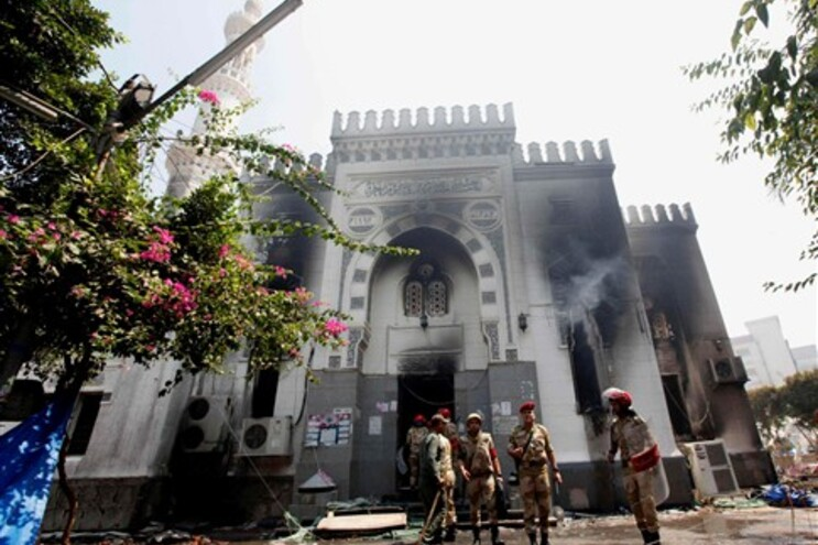 Polícia egípcia entra em mesquita onde estavam dezenas de corpos
