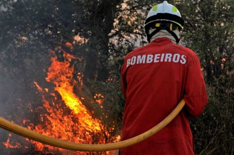 Três incendiários foram detidos na noite de sexta-feira, um deles pôs habitações em perigo