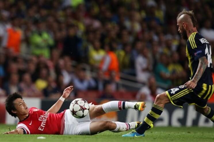 Raul Meireles (à direita) tenta passar pelo japonês do Arsenal Ryo Miyaichi