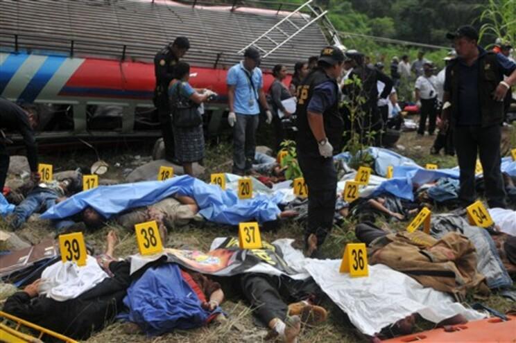 Morreram 40 pessoas no local do acidente e três no hospital