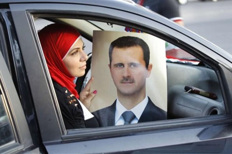 Apoiante de Assad com retrato do líder sírio por ocasião do seu 48º aniversário
