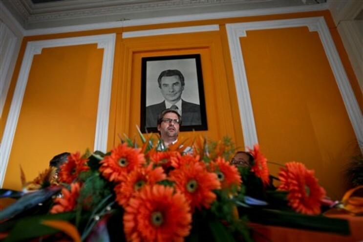 Marco António Costa, porta-voz do PSD, encimado por um retrato de Francisco Sá Carneiro, co-fundador