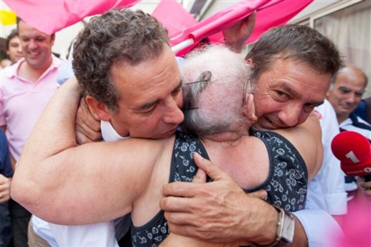 Seguro e Parada abraçados por uma eleitora em Matosinhos