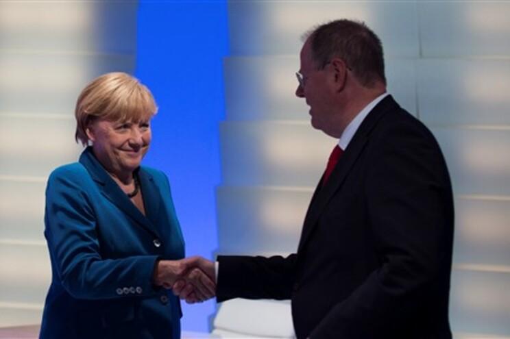 A Chanceler alemã Angela Merkel cumprimenta o líder do SPD, Peer Steinbrueck