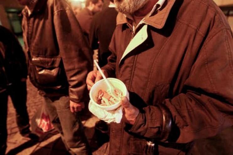 Novos pobres comem com os sem-abrigo