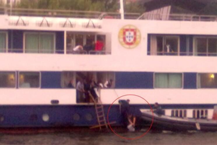 O momento em que o marinheiro segura a jovem remadora