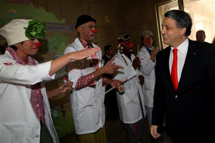 O ministro da Saúde, Paulo Macedo, à direita, fotografado na homenagem a Beatriz Quintella, fundadora